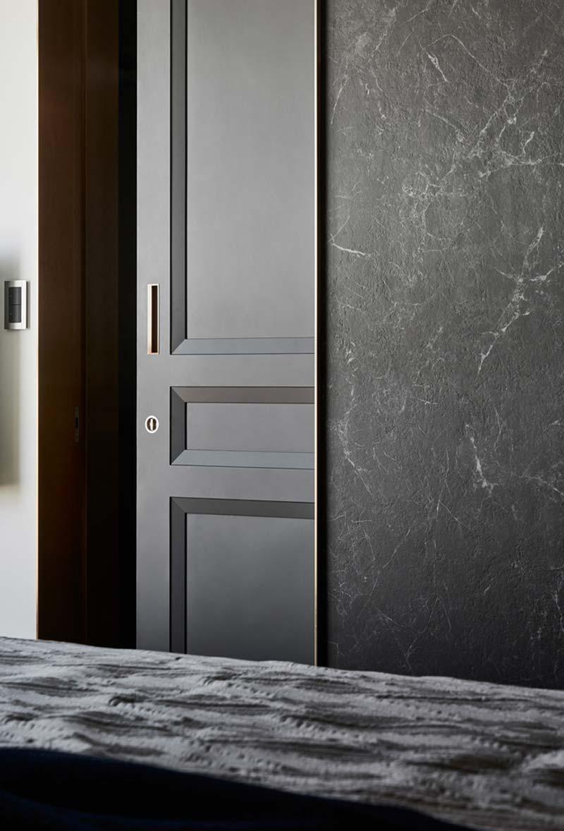 zwarte deur marmeren muur