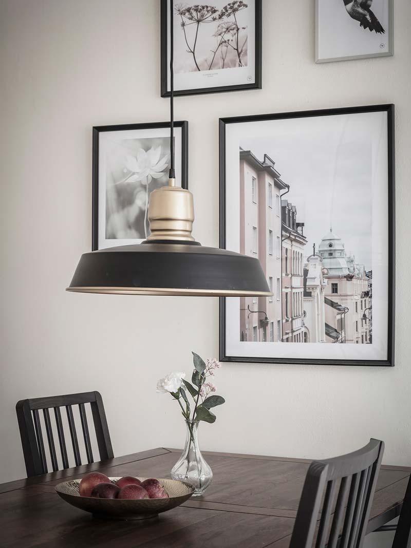 zwarte hanglamp boven eettafel