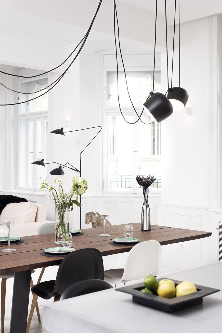 zwarte hanglampen boven eettafel