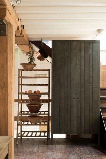 Zwarte houten kast