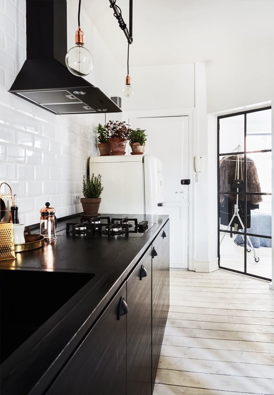 zwarte-ikea-keuken-witte-smeg