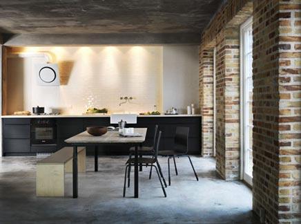 Zwarte industriële keuken inrichting huis.com