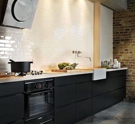 Zwarte industriële keuken
