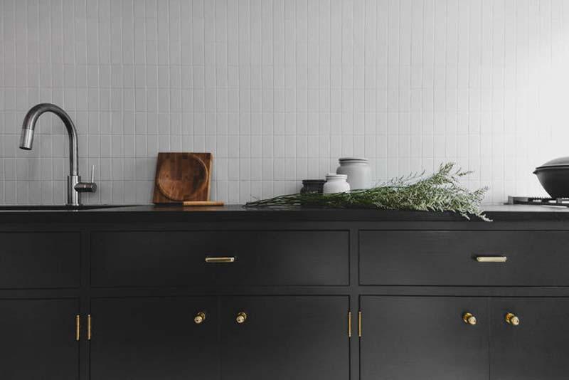 zwarte keuken gouden deurgrepen