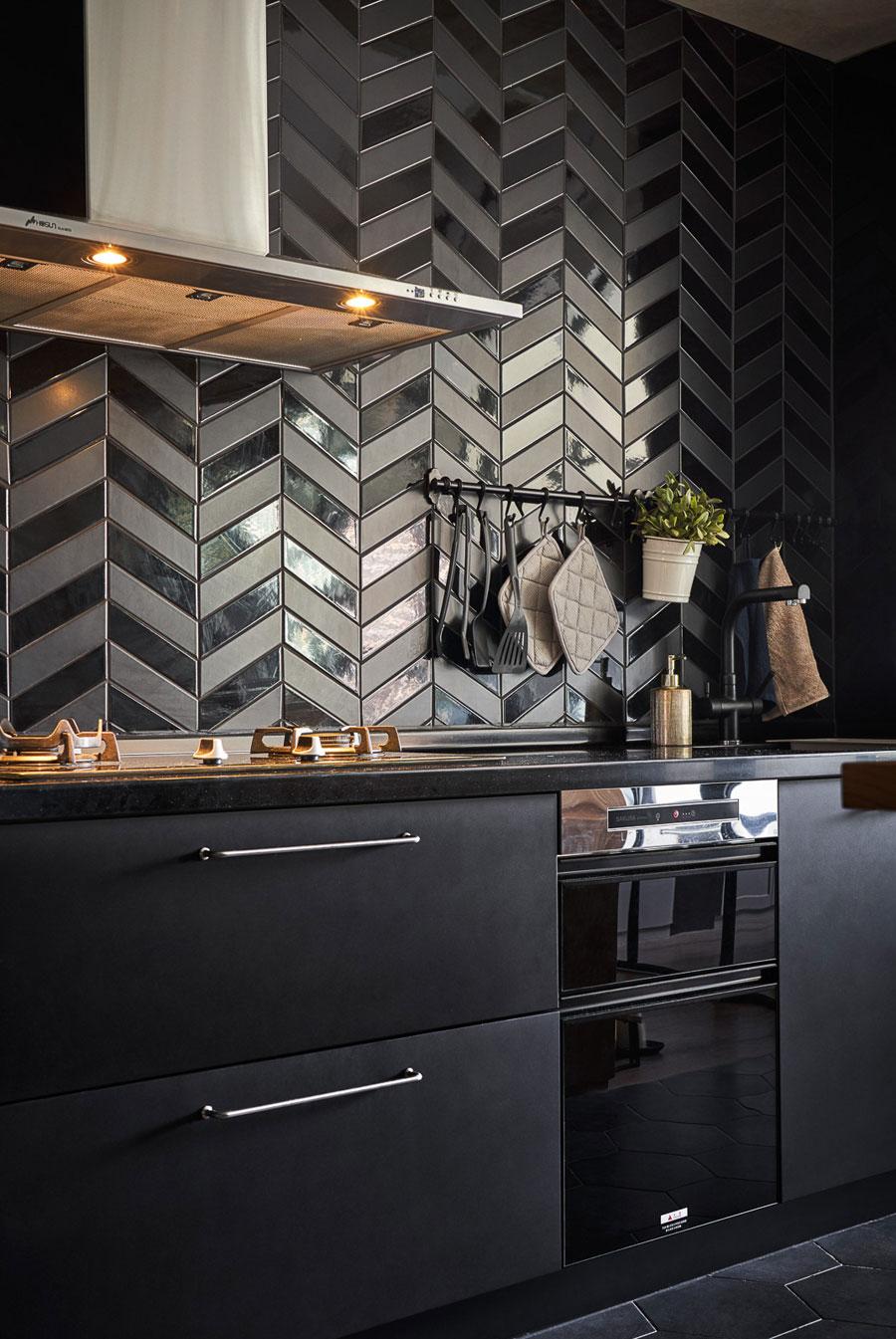 zwarte keuken zwarte tegels