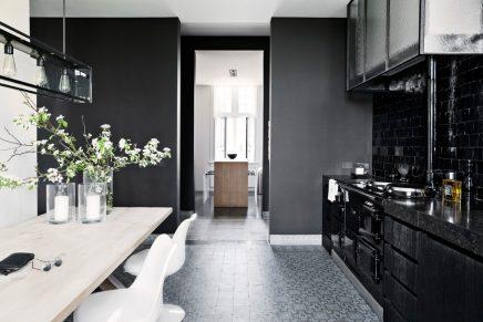 Zwarte keukenkasten