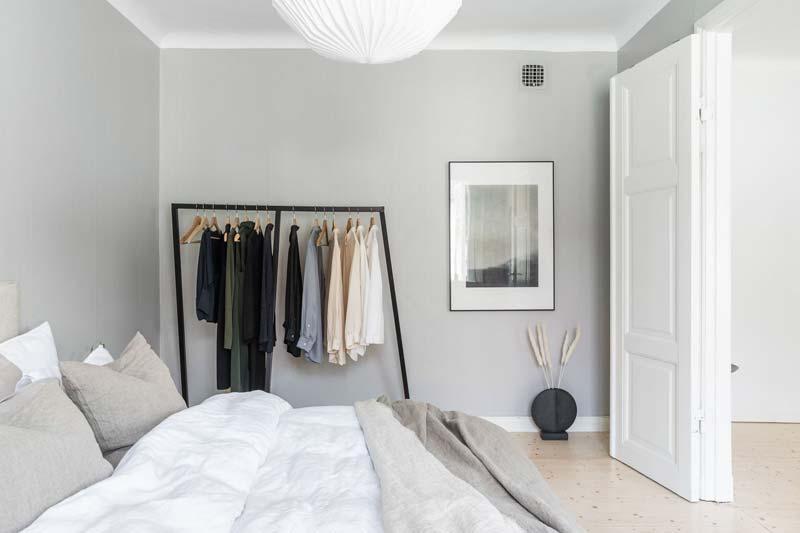 zwarte kledingrek slaapkamer