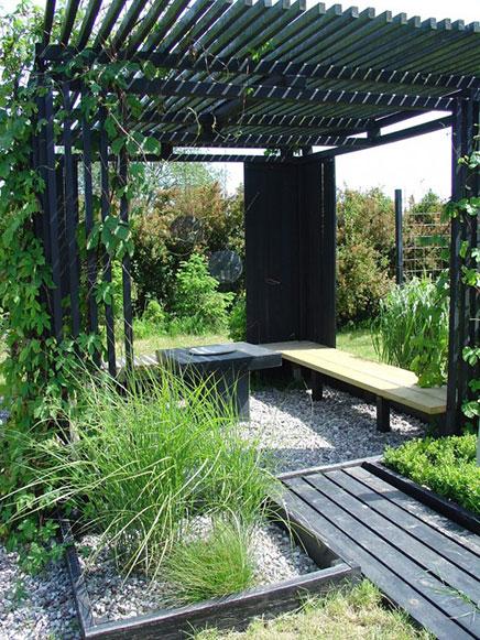 Zwart geschilderd hout in de tuin inrichting - Landscaping modern huis ...