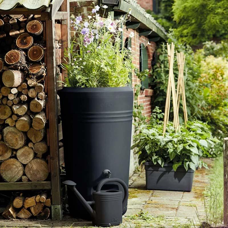 zwarte regenton plantenpot tuin elho