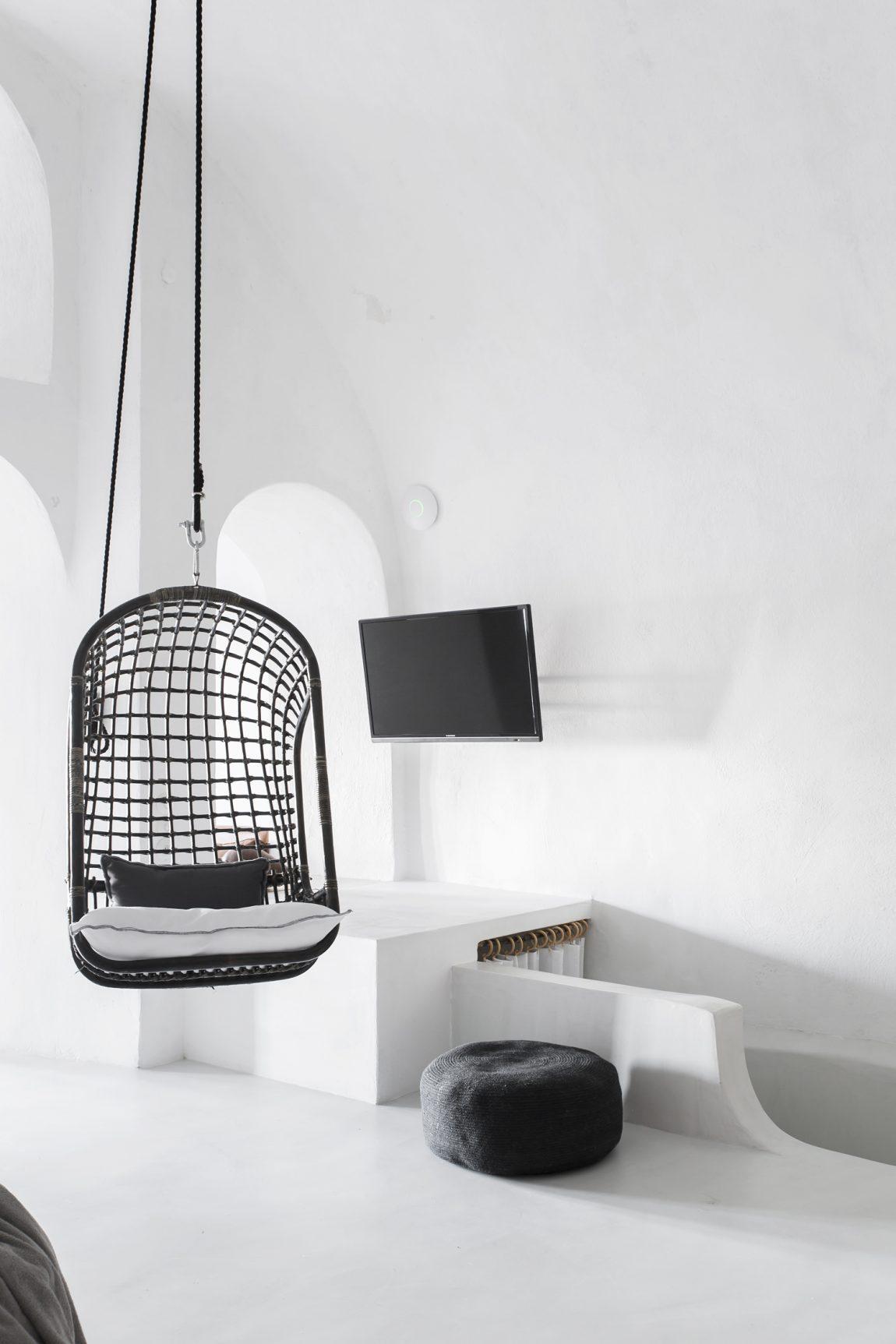 zwarte-rotan-hangstoel-sophia-suites