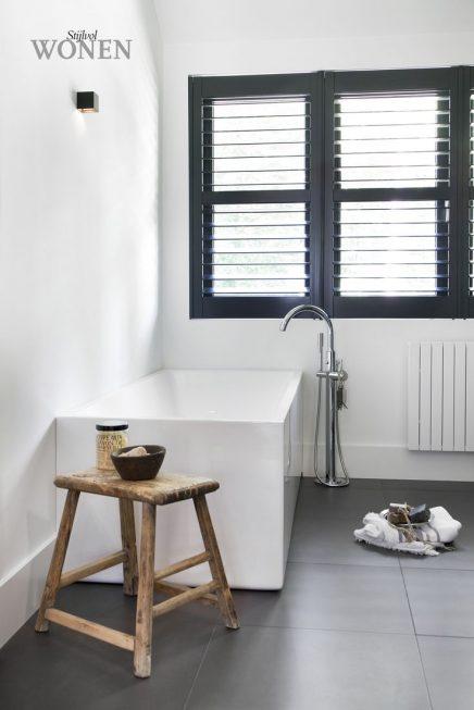 Zwarte shutters badkamer