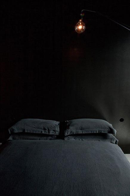 Zwarte slaapkamer van het Maison Champs Elysées hotel