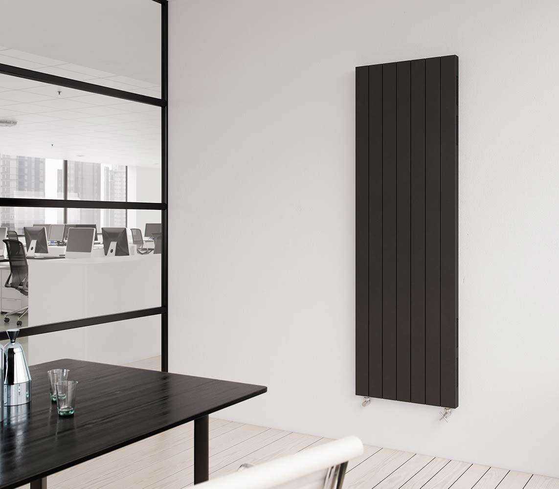 zwarte verticale radiator