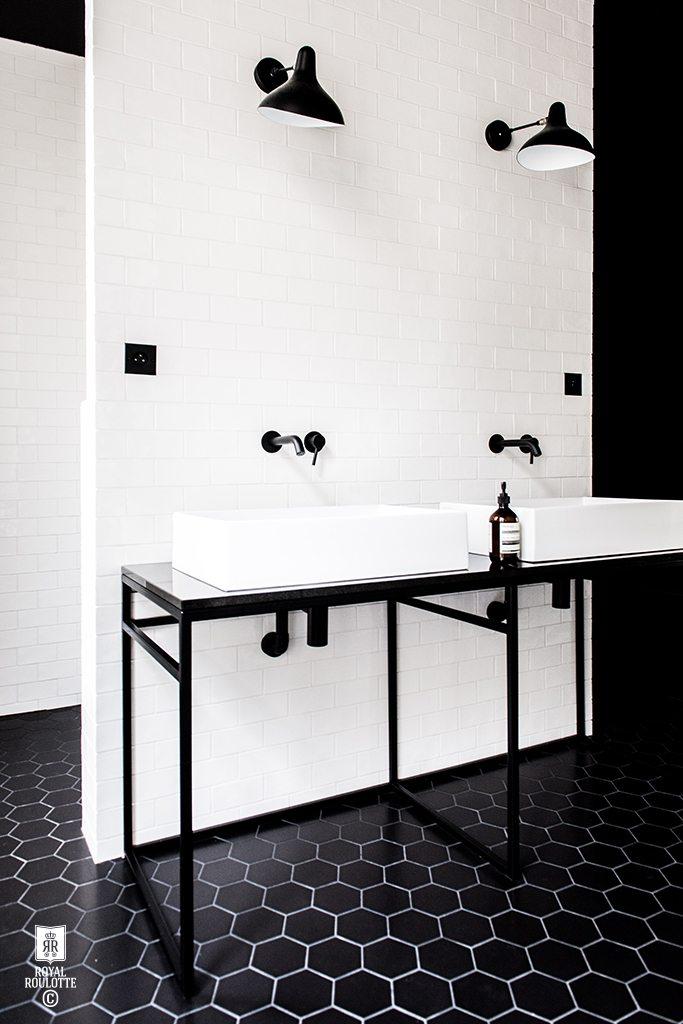 Zwarte wandcontactdozen in de badkamer