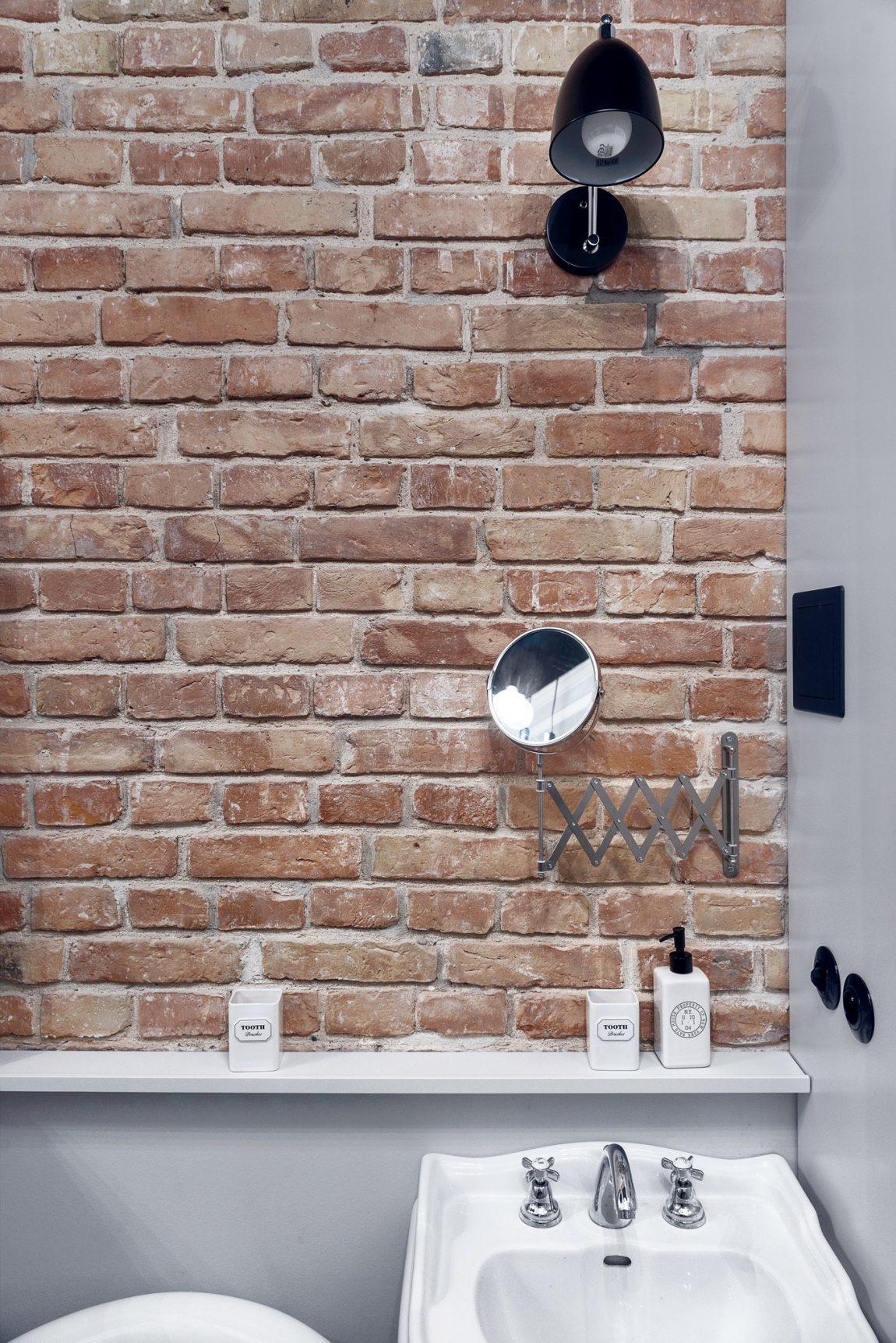 Zwarte wandcontactdoos lichtschakelaar badkamer