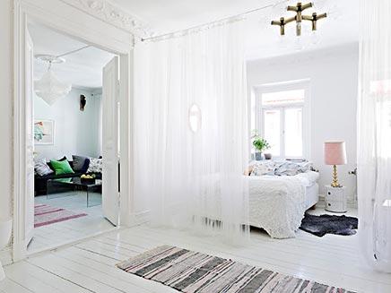 Zweedse slaapkamer met scheidingsgordijn