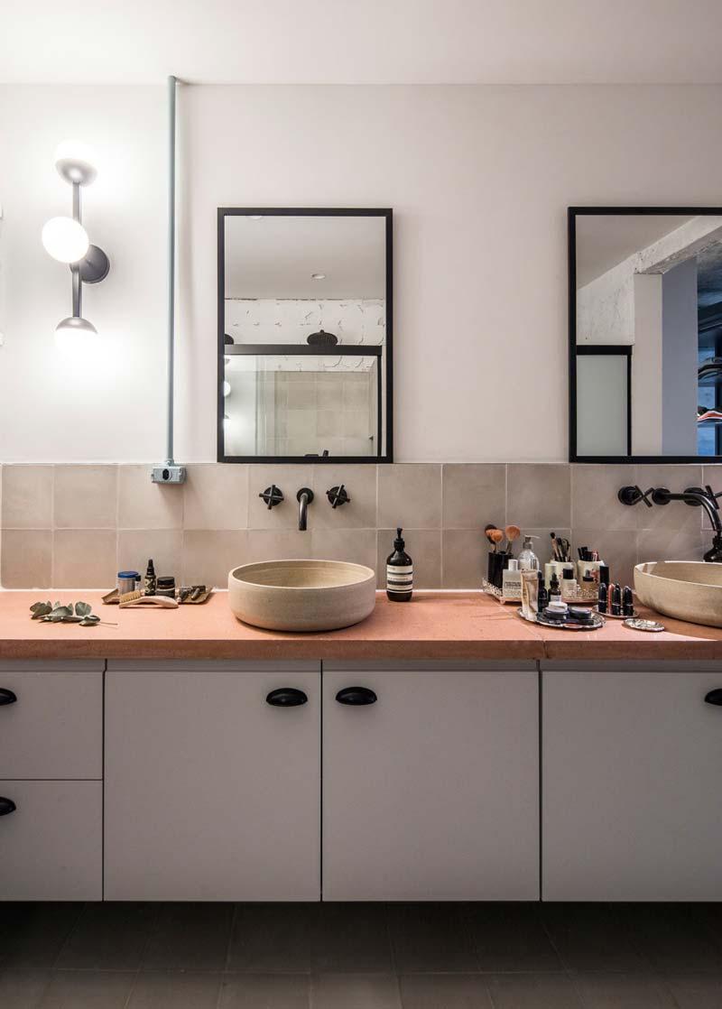 zwevende badkamermeubel dubbele waskom zwarte kranen en spiegels