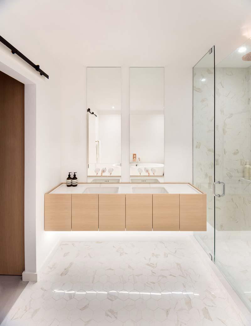 zwevende houten badkamermeubel